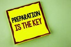 La nota de la escritura que muestra la preparación es la llave La exhibición de la foto del negocio aprende que el estudio se pre Imágenes de archivo libres de regalías