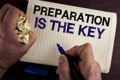 La nota de la escritura que muestra la preparación es la llave La exhibición de la foto del negocio aprende que el estudio se pre Fotografía de archivo