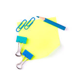 La nota di carta gialla al neon con le clip blu e si corregge Fotografia Stock