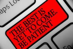 La nota di scrittura che mostra il meglio deve ancora venire Sia paziente Montrare della foto di affari non perde la luce di sper fotografia stock