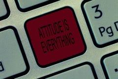 La nota di scrittura che mostra l'atteggiamento è tutto La foto di affari che montra l'Outlook positivo è la guida ad una buona v immagine stock