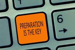 La nota di scrittura che mostra la preparazione è la chiave Foto di affari che montra azione di preparare qualche cosa di per ser fotografia stock libera da diritti