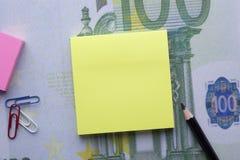 La nota gialla in bianco per aggiunge il testo immagine stock libera da diritti
