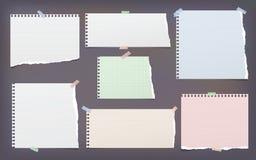 La nota lacerata, allineata e quadrata bianca e variopinta, strisce di carta del taccuino per testo ha attaccato con nastro adesi illustrazione vettoriale