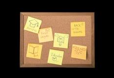 La nota o los posts pegajosos está en la cartelera del boletín del corcho foto de archivo libre de regalías