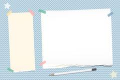 La nota rasgada, cuaderno, papel del cuaderno pegado con la cinta pegajosa, lápiz blanco, protagoniza en fondo ondulado azul Fotografía de archivo