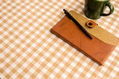 La nota sulla tavola, ha messo sopra il cotone fotografia stock