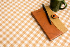 La nota sulla tavola, ha messo sopra il cotone fotografia stock libera da diritti