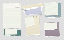 La note colorée et blanche, morceaux de papier de carnet avec les bords déchirés a collé sur le backgroud gris rayé Illustration  Image stock