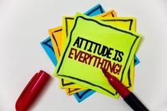 La note d'écriture montrant l'attitude est tout Photo d'affaires présentant la marque personnelle de stylo de comportement d'orie Image stock
