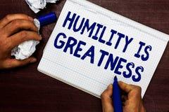 La note d'écriture montrant l'humilité est grandeur La photo d'affaires présentant étant humble est une vertu à ne pas sentir exc image libre de droits