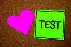 La note d'écriture montrant la photo d'affaires d'essai présentant la procédure systémique scolaire évaluent le Br d'amour de com photo libre de droits