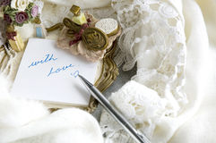 La note d'amour étant mis sur l'écharpe Photo libre de droits