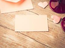 La note de papier rose vide de lettre avec des coeurs a modifié la tonalité la carte Images libres de droits