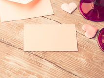 La note de papier rose vide de lettre avec des coeurs a modifié la tonalité la carte Image stock