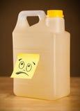 La note de post-it avec le visage souriant sticked sur le gallon Photo libre de droits