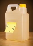 La note de post-it avec le visage souriant sticked sur un gallon Photos stock