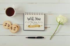 La note de salutation de lettrage de main de jour du ` s de Valentine avec le thé, biscuits et a monté Photographie stock