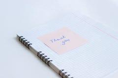 La note sur le papier VOUS REMERCIENT Images stock