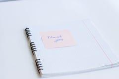 La note sur le papier VOUS REMERCIENT Photos libres de droits