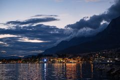 La notte è giovane in Makarska, Croazia Immagine Stock Libera da Diritti