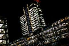 La notte accende gli edifici per uffici Immagine Stock Libera da Diritti