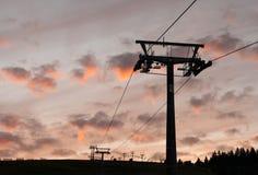 La notte cade nelle montagne con la teleferica fotografia stock libera da diritti