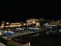 La notte cade sopra la baia sopra la città principale sull'isola greca di Corfù Fotografia Stock