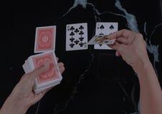 La notte del gioco ci ha lasciati giocare alcune carte fotografia stock libera da diritti