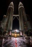 La notte di angolo basso ha sparato delle torri gemelle di Petronas, Kuala Lum Fotografie Stock Libere da Diritti