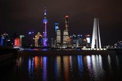 La notte gli ha sparato dell'orizzonte di Shanghai con il monumento al ` s della gente Immagini Stock