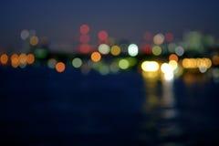 La notte ha offuscato le luci in città con poca riflessione leggera del bokeh Fotografie Stock