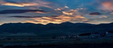 La notte ha sparato della costruzione di alloggi contro un tramonto variopinto Fotografia Stock
