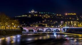 La notte ha sparato di Ponte Pietra, Verona, Italia Fotografia Stock Libera da Diritti