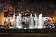La notte ha sparato di una fontana al rotunda fa l'infante a Funchal immagini stock