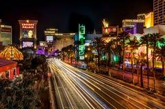 La notte ha sparato la vista lunga della striscia dell'esposizione a Las Vegas Nevada immagine stock libera da diritti