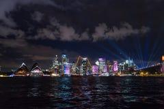 La notte lunga dell'esposizione ha sparato del centro urbano dello skylin di Sydney Immagine Stock