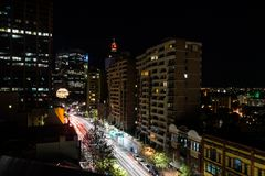 La notte lunga dell'esposizione ha sparato del centro urbano di Sydney Fotografia Stock
