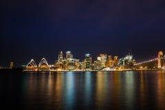 La notte lunga dell'esposizione ha sparato del centro urbano del lookin dell'orizzonte di Sydney Fotografie Stock