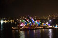 La notte lunga dell'esposizione ha sparato dell'orizzonte del centro urbano del lo di Sydney Immagini Stock Libere da Diritti