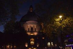 La notte sta venendo a Londra Ma potete godere della vista piacevole immagini stock
