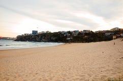La notte sulla spiaggia della città ha fiancheggiato dalle costruzioni di appartamento alte Immagini Stock