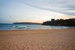 La notte sulla spiaggia della città ha fiancheggiato dalle costruzioni di appartamento alte Fotografia Stock Libera da Diritti