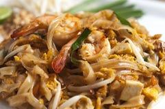 La nouille faite sauter à feu vif thaïlandaise, capitonnent thaïlandais Image libre de droits