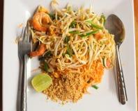 La nouille thaïlandaise de protection asiatique rôtie avec des oeufs, crevettes de fruits de mer squeed photographie stock libre de droits