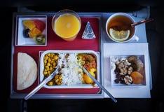 la nourriture à bord de l'avion divers produits sur la table de pliage photo libre de droits
