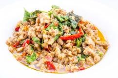 La nourriture épicée thaïlandaise, émoi a fait frire le basilic de petit morceau de porc Image stock