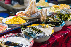 La nourriture cale au marché de nuit de Gianyar dans Bali, Indonésie Images stock