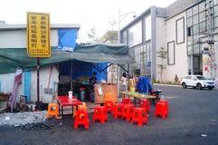 La nourriture cale dans la zone industrielle de rue Images stock
