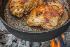La nourriture cuite sur le bois de chauffage images libres de droits